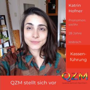 Katrins Selfie auf rotem Hintergund. Zusätzliche Info: Pronomen sie/ihr, 28 Jahre, lesbisch, Kassenführung
